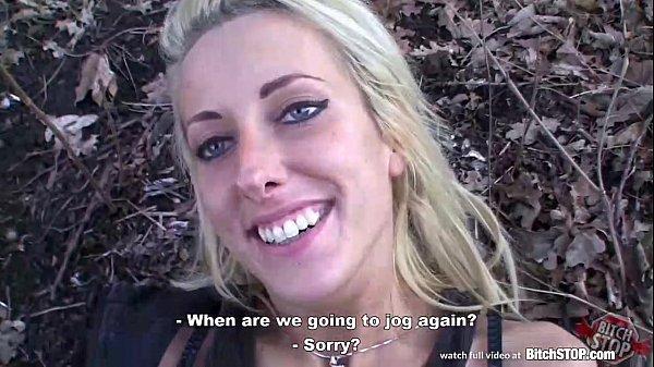 Pohledná blondýnka omrdaná v parku 👀👍